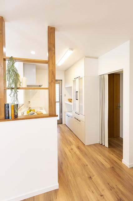 キッチン横の飾り棚