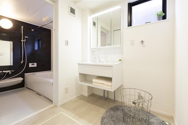 洗面化粧台とバスルーム